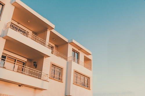 apartman, apartman binası, balkonlar, bina içeren Ücretsiz stok fotoğraf