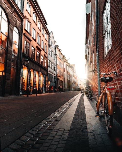 Smalle Straat Met Fietsen En Huizen