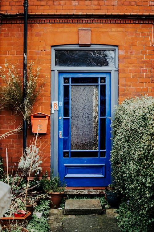 Blaues Hölzernes Gerahmtes Glasfenster