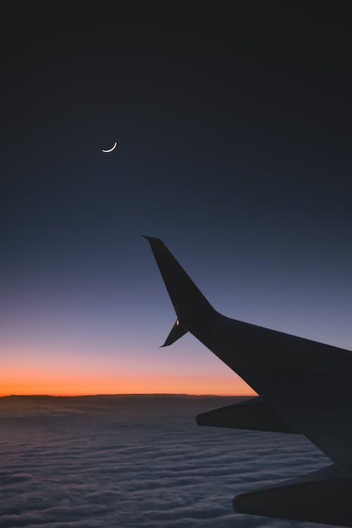 Aeroplano Che Vola Sopra Le Nuvole Durante Il Tramonto