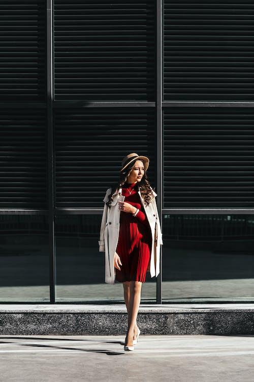 Základová fotografie zdarma na téma brunetka, budova, červená