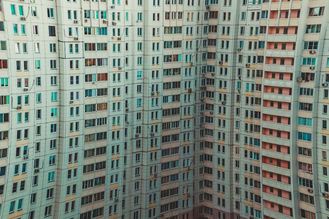 белое бетонное здание