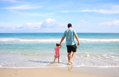 Foto profissional grátis de areia, costa, Dia dos Pais, ensolarado