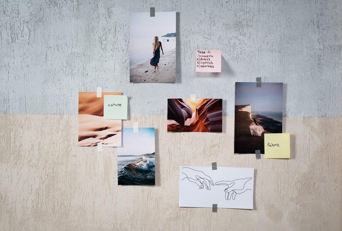 images et post-its sur un mur