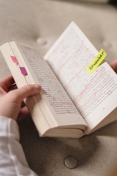 Persona In Possesso Di Un Libro