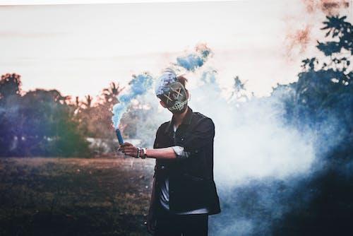 Mann Hält Rauchbombe
