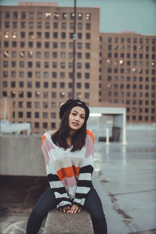 Beton Duvarda Oturan Siyah örgü Bere Ve Beyaz Kırmızı Ve Siyah çizgili Kazak Kadın