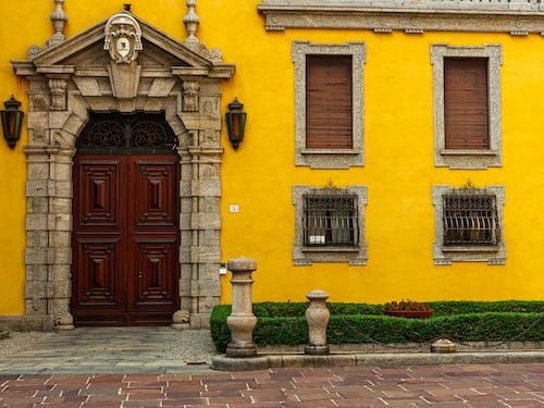 棕色木门上黄色的混凝土建筑