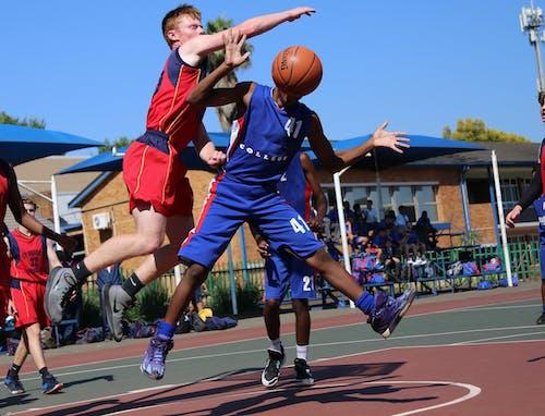 バスケットボールをする2人の男性