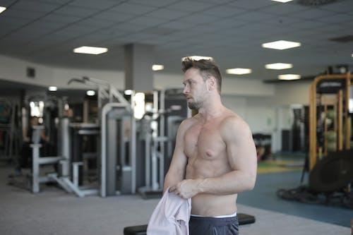 Verschwitzter Hemdloser Sportler, Der Nach Dem Training Im Fitnessstudio Ruht