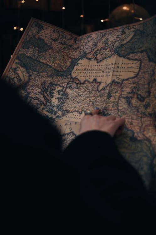 Mujer Sin Rostro Estudiando Mapa Vintage En Museo