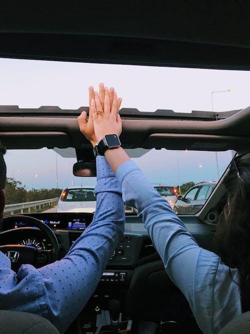 Orang Dengan Mobil Mengemudi Kemeja Lengan Panjang Biru