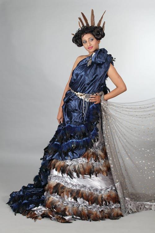 Mujer En Vestido Azul Y Marrón