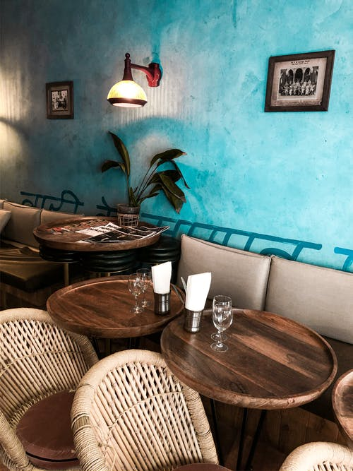 Kafe Nyaman Dengan Meja Kayu Dan Kursi Anyaman