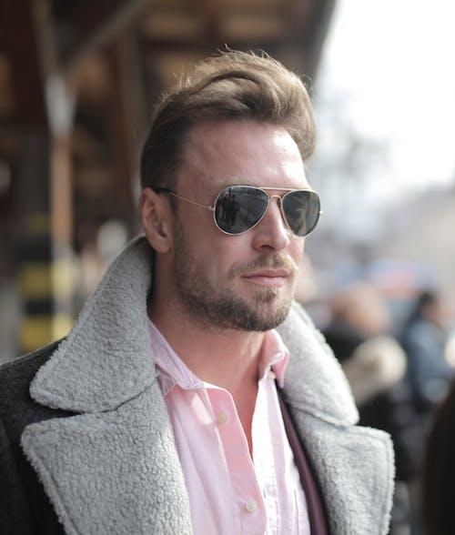 Hombre En Un Abrigo Con Gafas De Sol