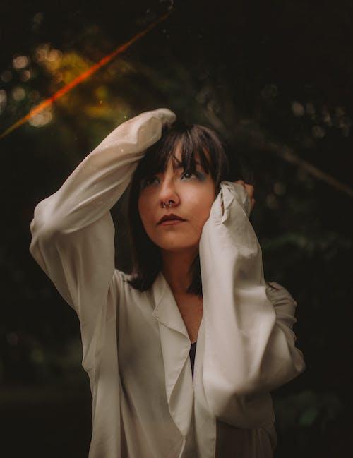 Donna In Felpa Con Cappuccio Bianca Che Copre Il Viso Con Tessuto Bianco