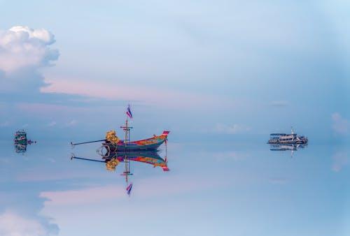 Schwimmendes Fischerboot, Das Im Klaren Meerwasser Reflektiert