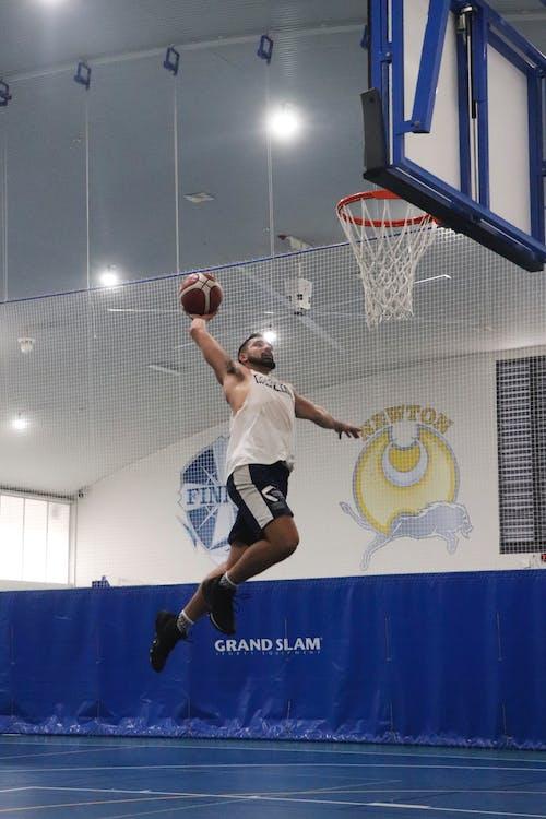 Hombre En Camiseta Blanca Sin Mangas Jugando Baloncesto