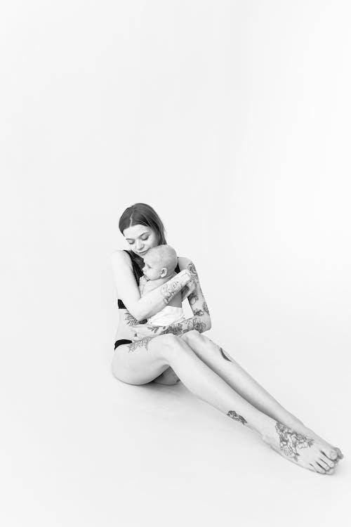 İhale Kadın Kollarında Bebek Ile Studio Katta Oturan
