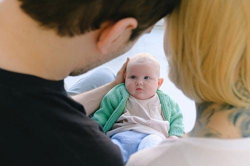 作物父母與剛出生的嬰兒武器溝通