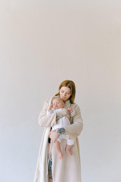 Kostenloses Stock Foto zu ausruhen, baby, bademantel, bezaubernd