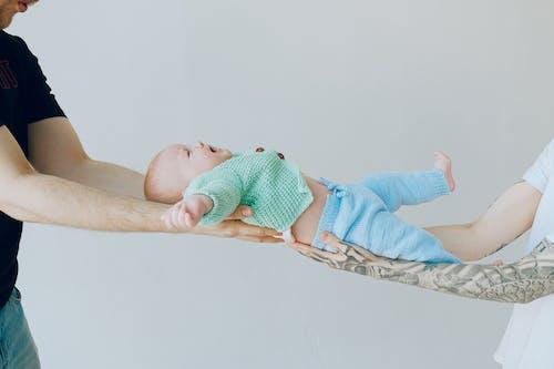Baby In Grüner Strickware
