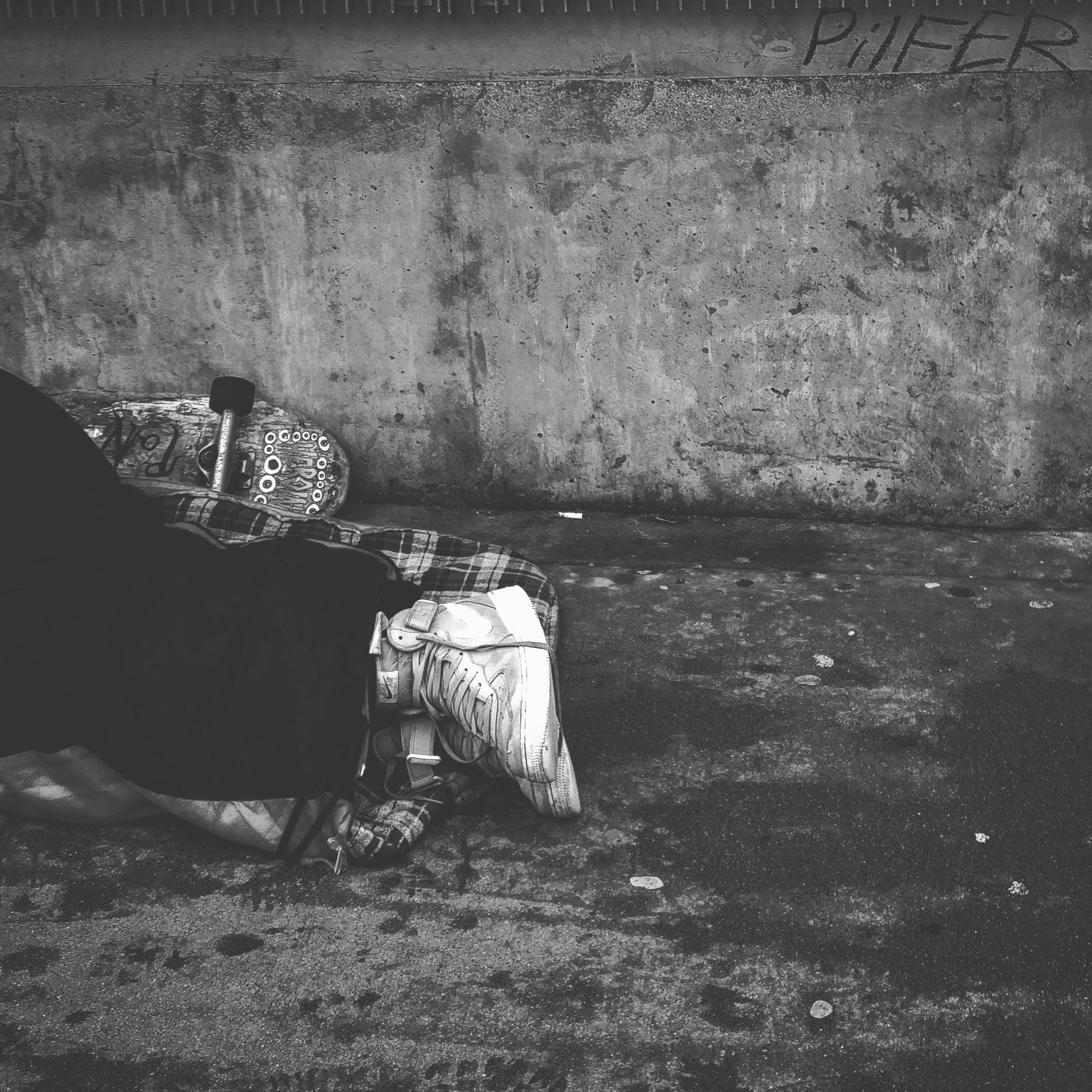 Kostenloses Stock Foto zu schwarz und weiß, straße, mann, person