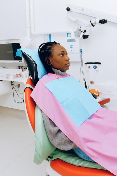 Femme Assise Sur Une Chaise Dentaire