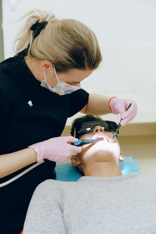 Mann Mit Zahnärztlicher Untersuchung