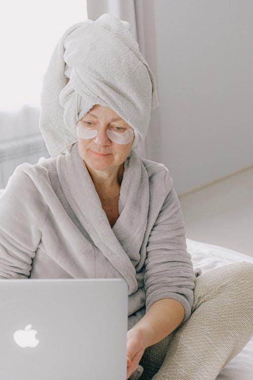 Gratis stockfoto met afstandswerk, apparaat, apple laptop, badhanddoek