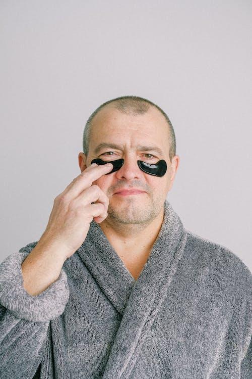 Mann Im Grauen Bademantel, Der Schwarze Augenmaske Trägt