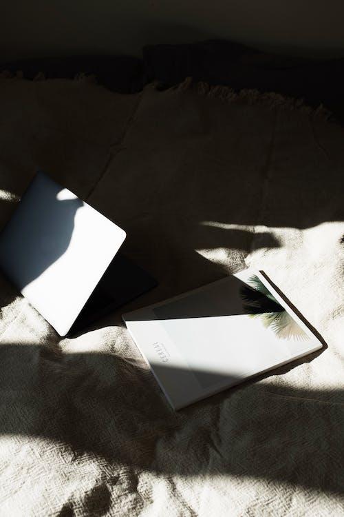 Fotos de stock gratuitas de cama, habitación, libro, luz del sol