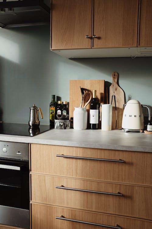 Fotos de stock gratuitas de batería de cocina, botellas, cajones, casa