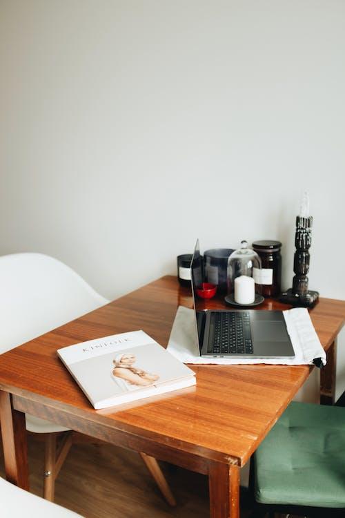 Fotos de stock gratuitas de adentro, escritorio, habitación