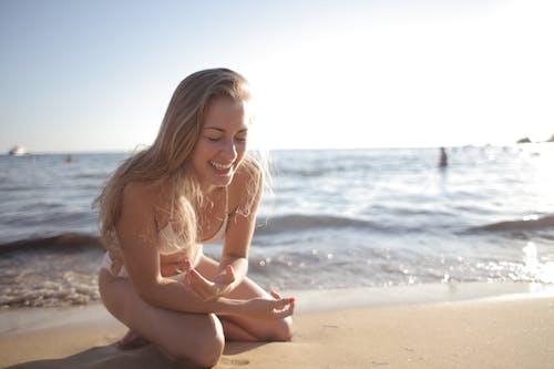 Immagine gratuita di acqua, bikini, capelli biondi, contento