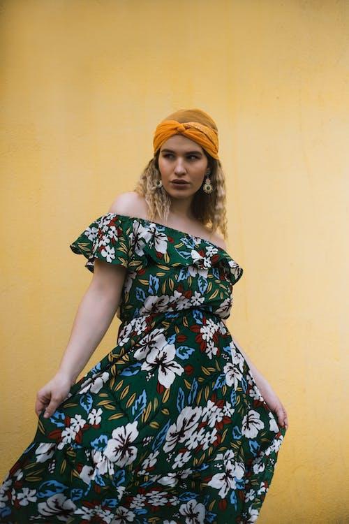 Základová fotografie zdarma na téma hezký, květinové šaty, na výšku, pohled pryč