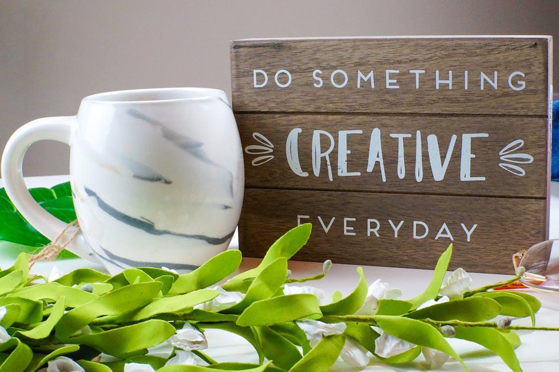Gratis arkivbilde med artist, kaffekrus, kreativ