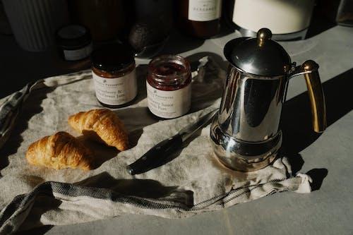 Základová fotografie zdarma na téma čajová konvice, chleba, croissanty, doma