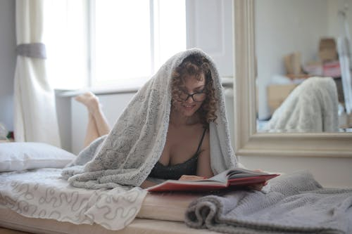 女人, 室內, 床, 房間 的 免费素材照片
