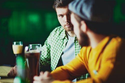 Бесплатное стоковое фото с бар, в помещении, Взрослый, выражение лица