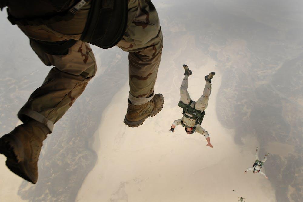 People skydiving | Photo: Pexels