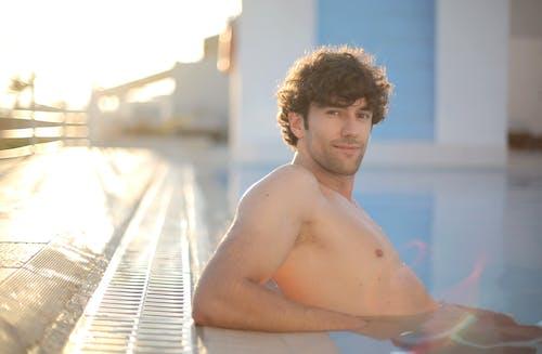おとこ, くつろぎ, スイミングプール, プールの無料の写真素材