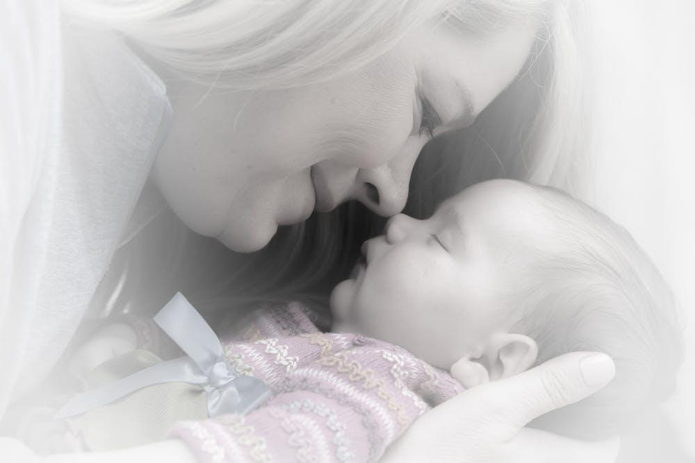 Madre mira a su bebé. Fuente: Pexels