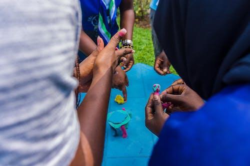 Gratis stockfoto met Afrikaans, creëren, gekleurde meisjes, handen