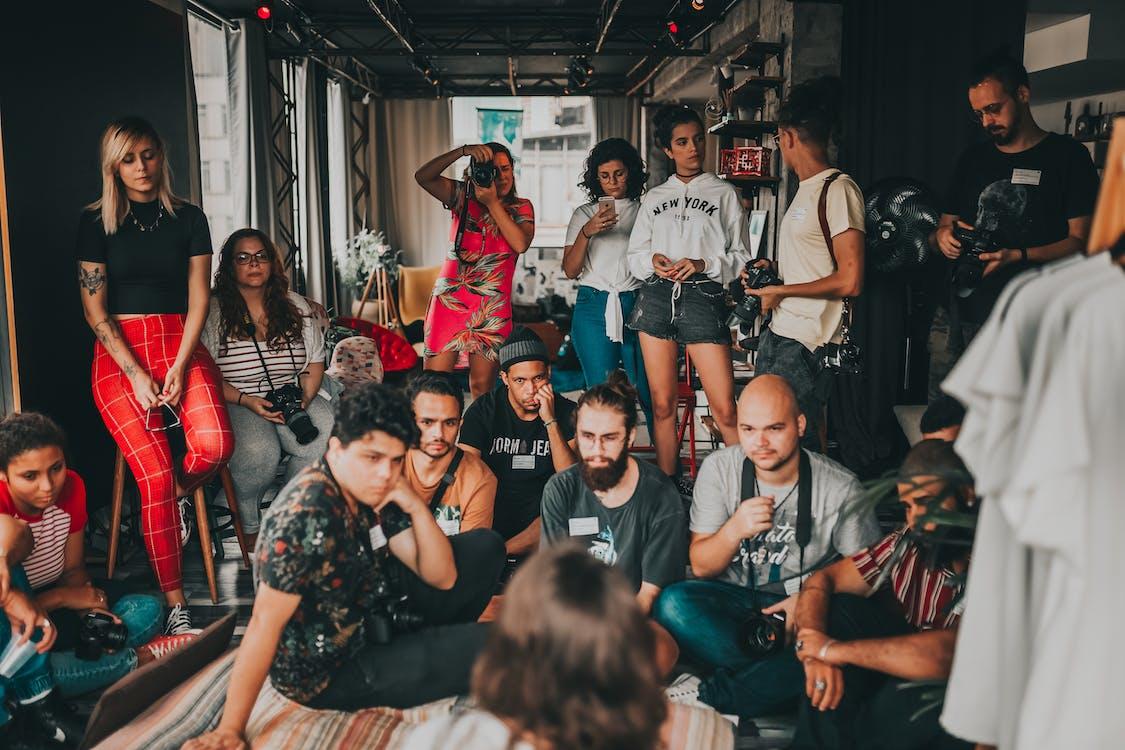Группа разных людей, собирающихся и слушающих лекцию
