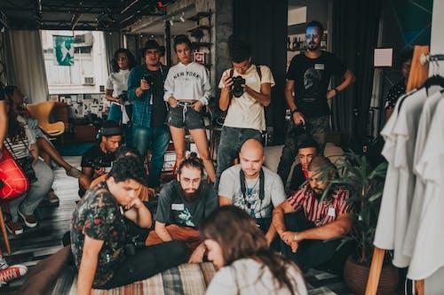 Jóvenes Colegas Multirraciales Preparándose Para La Sesión De Fotos En La Oficina Moderna