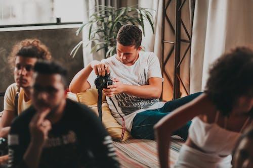 Joven Concentrado Tomando Fotos Con Cámara Profesional Durante El Trabajo En Estudio Moderno