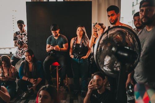 Diversos Colegas En El Backstage De La Sesión De Fotos