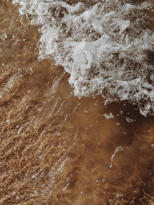 Wasserwellen Auf Braunem Sand