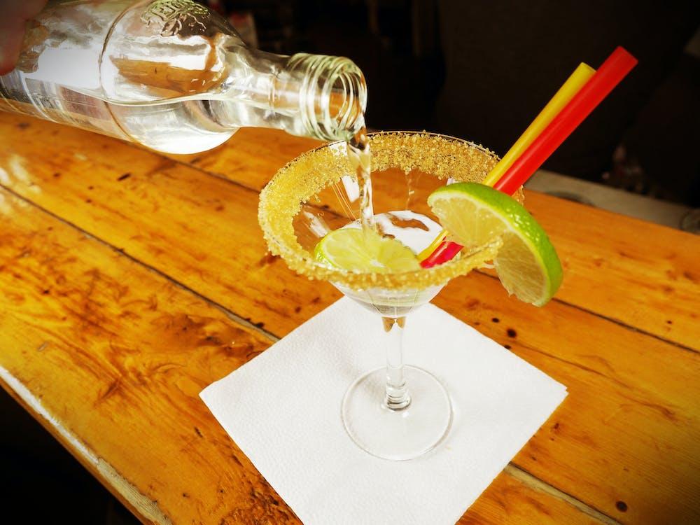 Gratis lagerfoto af alkoholholdige drikkevarer, bar, bartender